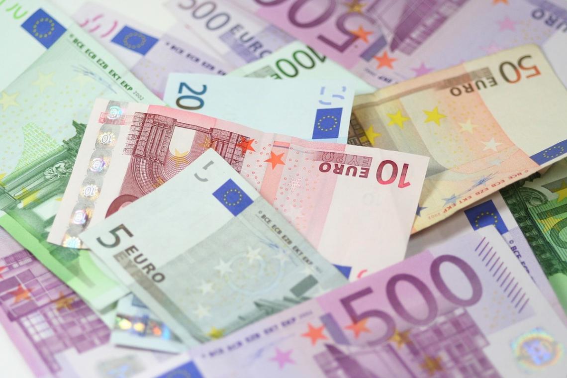 Jaké jsou platy poslanců, europoslanců a prezidenta?