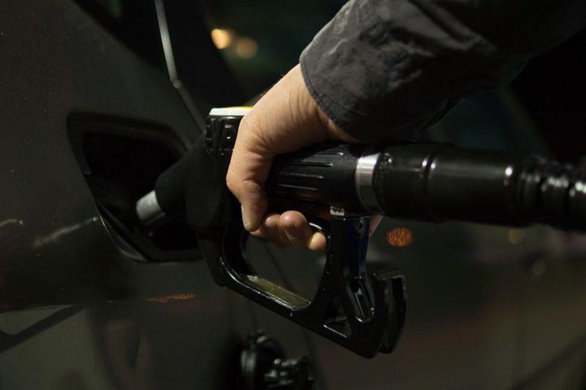 Cena ropy zkolabovala: Čeká nás nejistota i levnější benzín!