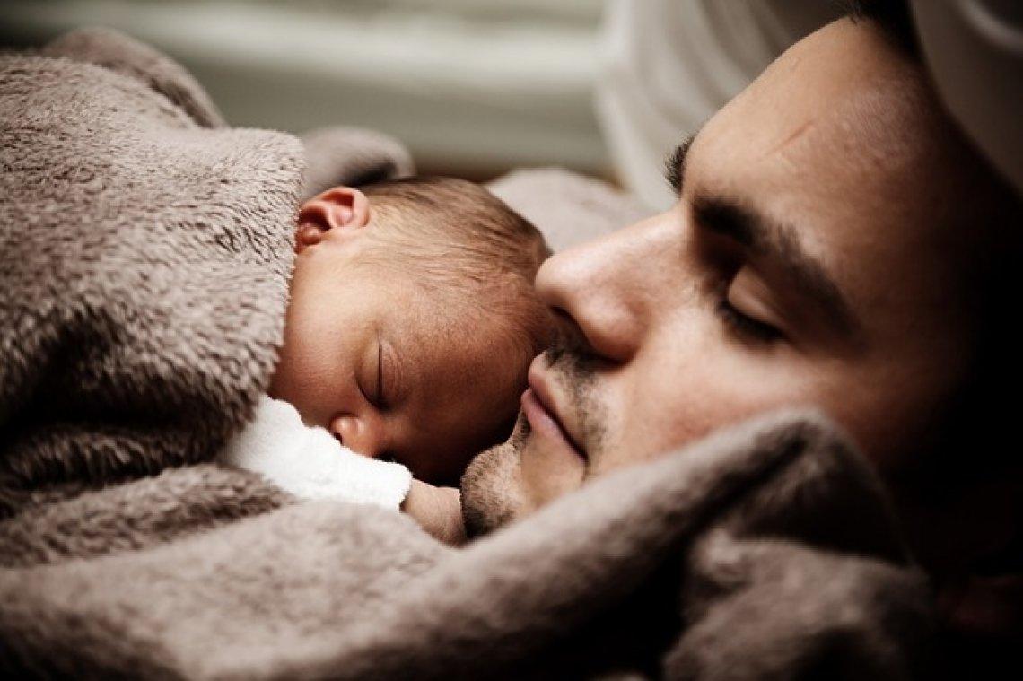 Otcovská dovolená - otec s miminkem, otec s dítětem, otcovská láska