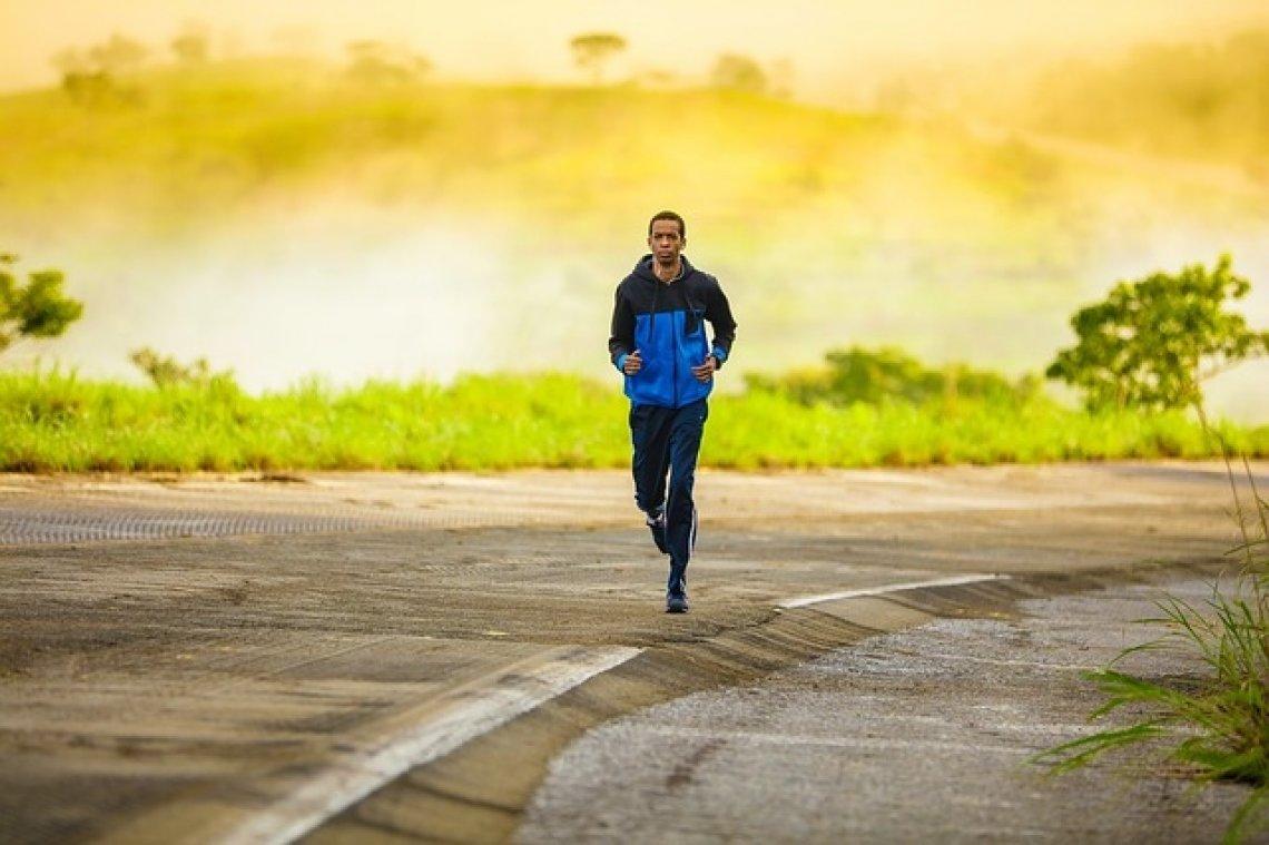 Běh: běžící muž, běhání, jak začít běhat.