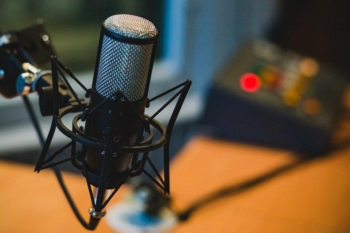 Nejlepší české a zhraniční podcasty - podcastové studio, mikrofon