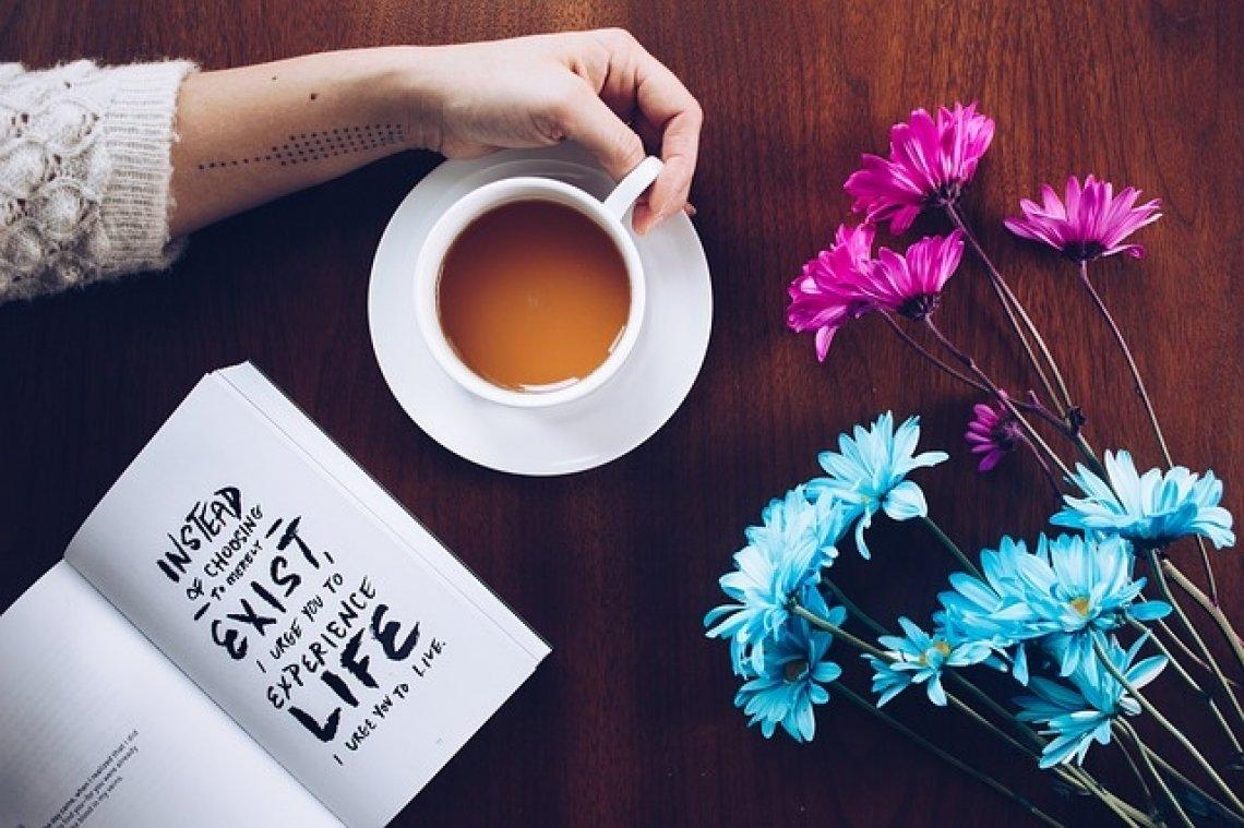 nejlepší citáty - káva, stůl, kniha