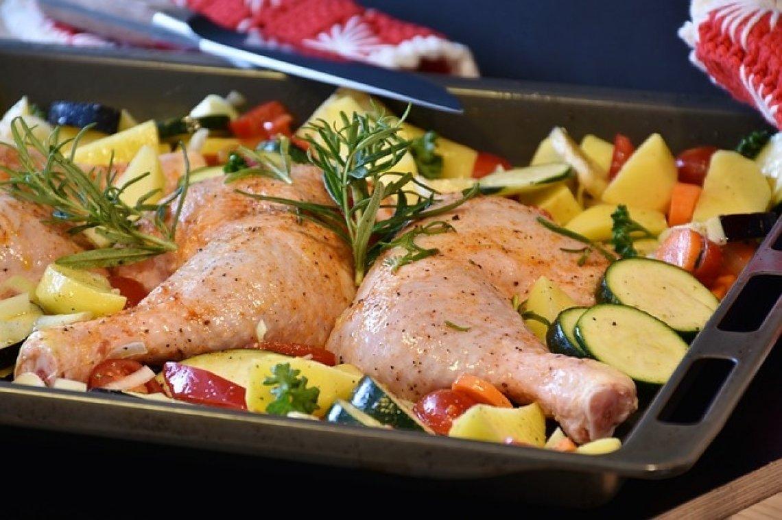 Zapečené brambory - francouzské brambory, brambory pečené s kuřetem.