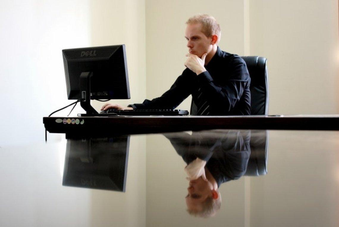 jak začít podnikat, založení živnosti, muž u počítače