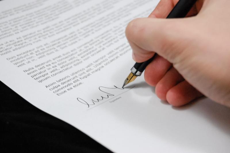 Podpis smlouvy na dohodu o provedení práce