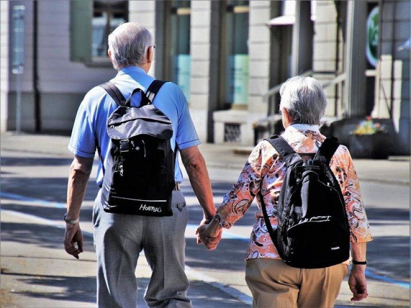 Doplňkové penzijní spoření - dvojice seniorů, důchod