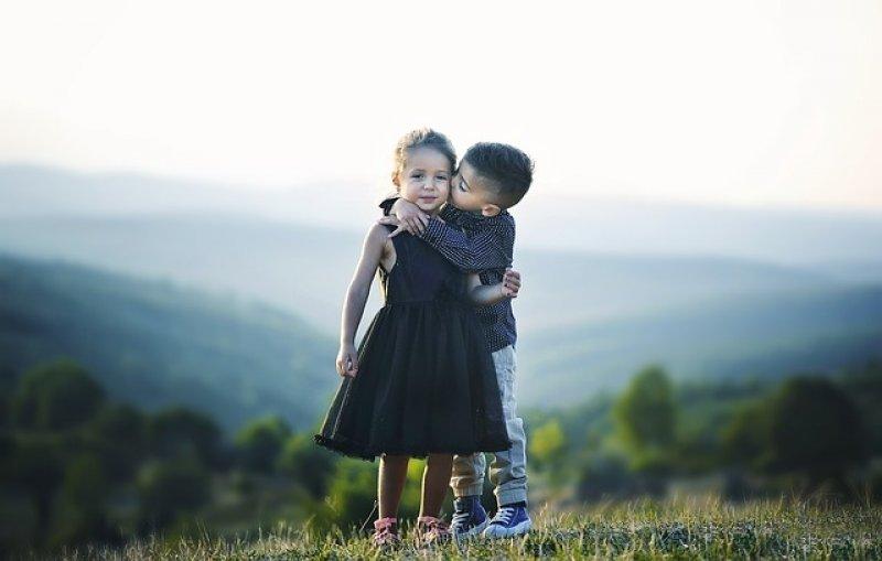 Hormon štěstí zlepšuje náladu i pracovní nasazení - hormon lásky, oxytocin, obejmutí
