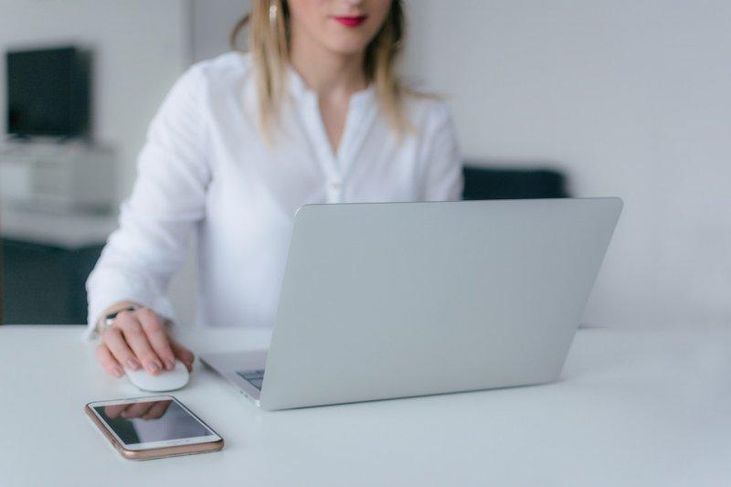 Jak vybrat kancelářský pracovní stůl_kancelář