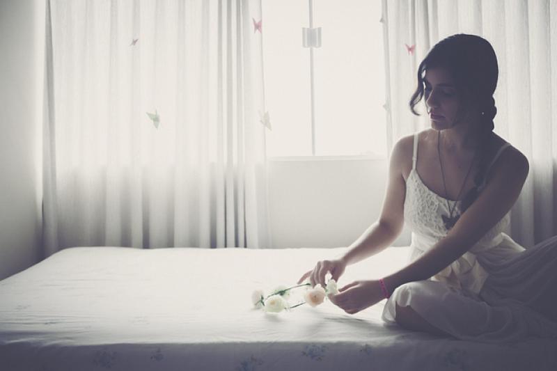 Postel - žena na posteli - žena na matraci - pohodlí - ložnice.