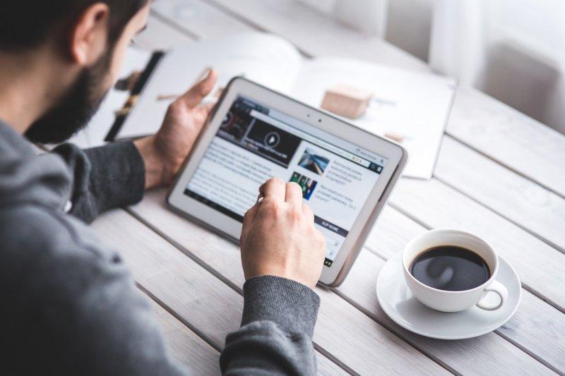 Jaké byly první zprávy na internetu v České republice_tablet