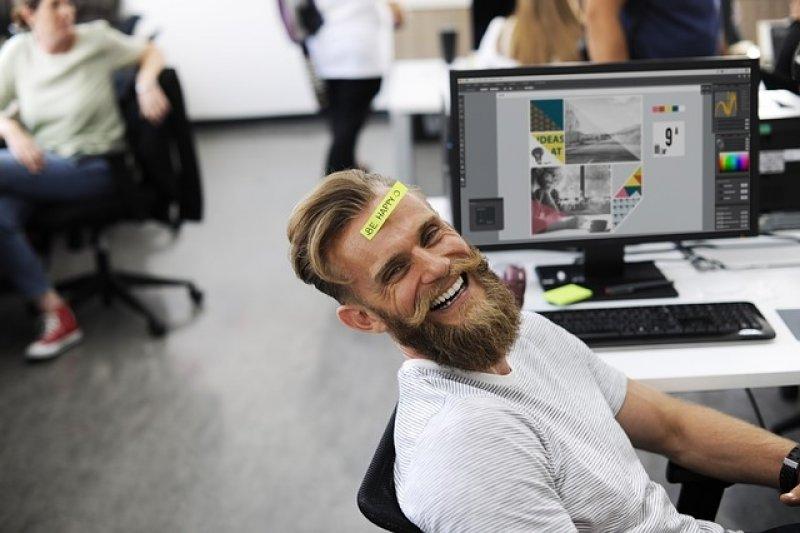 Muž u počítače - počítač - online - online hry - počítačové hry.