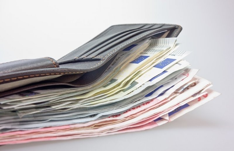 Průměrný plat v ČR - plat učitele, peněženka, peníze