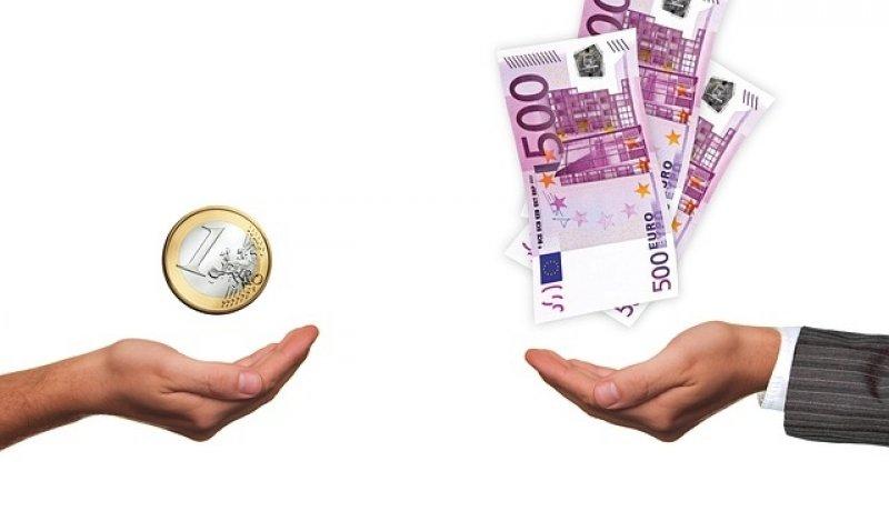 Průměrný plat v ČR - ruce, peníze, mzda